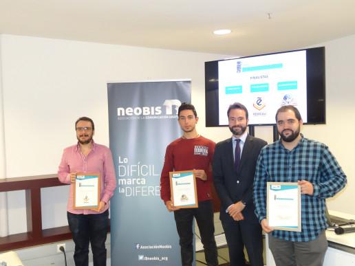 Álvaro García, presidente de neobis con los 3 finalistas